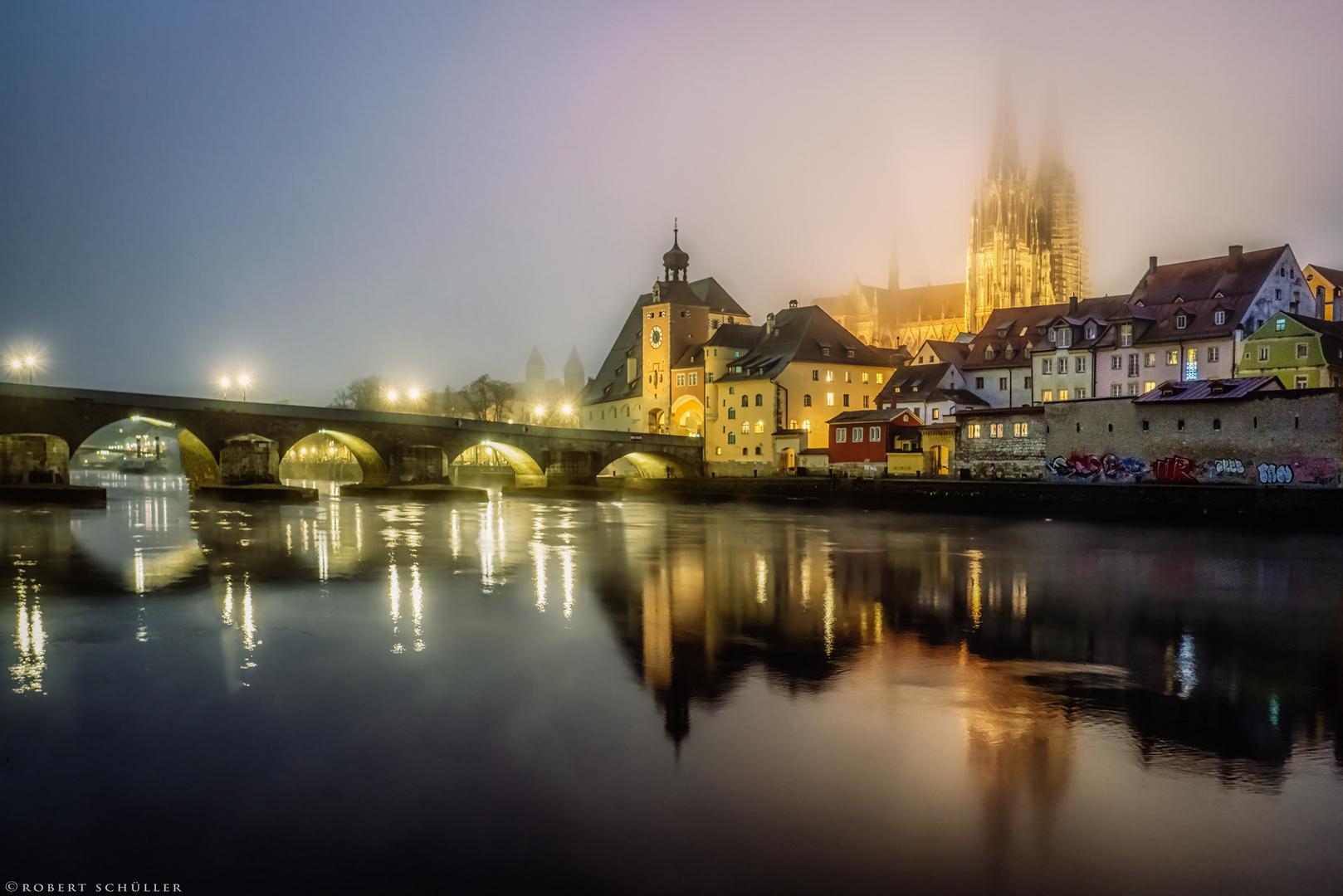 Regensburg: Donauflimmern am Nebelabend.