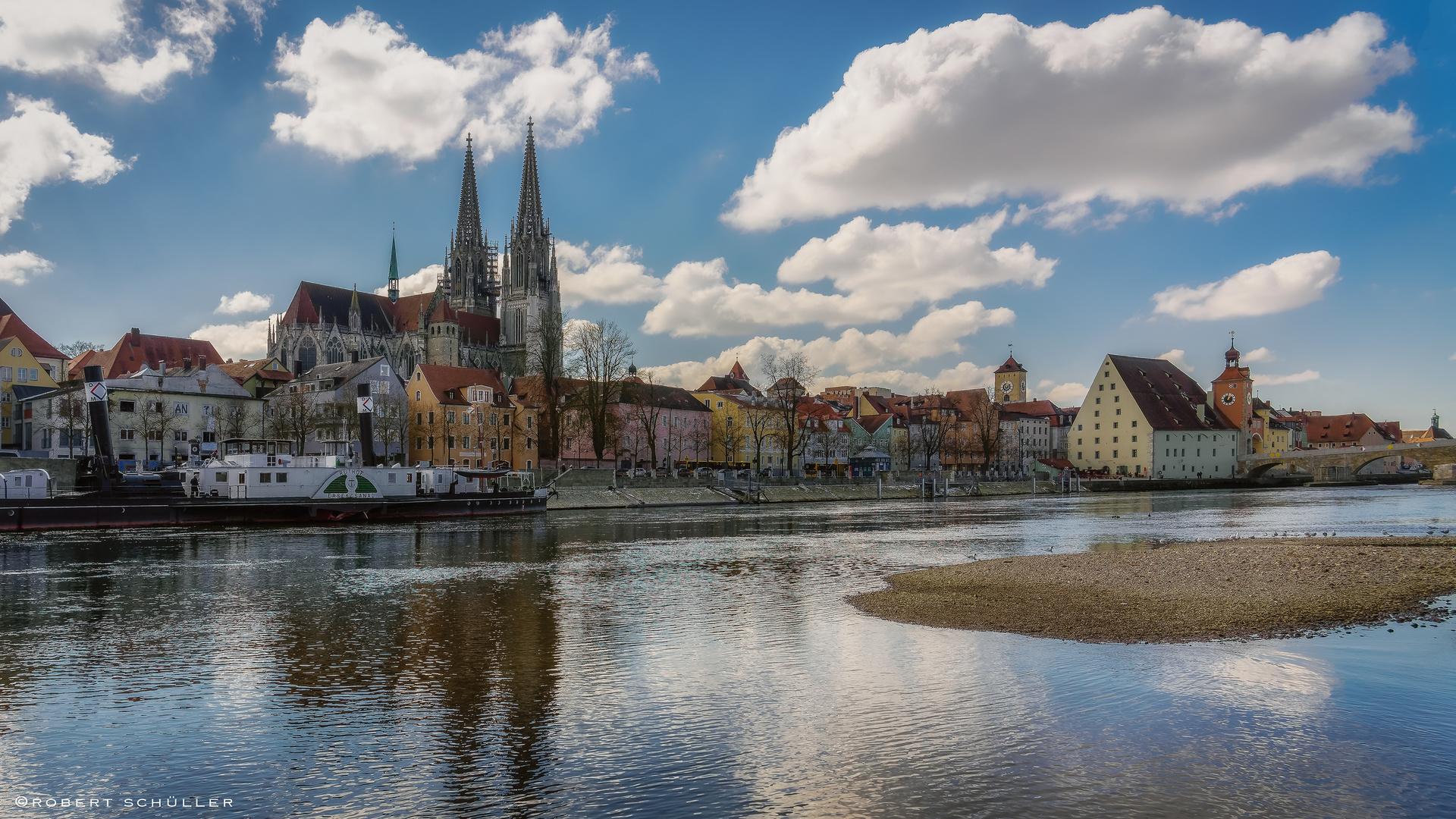 Regensburg mit Frühlingshimmel
