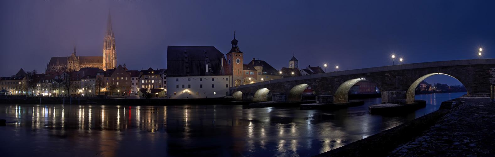 Regensburg zur blauen Stunde im November 2020