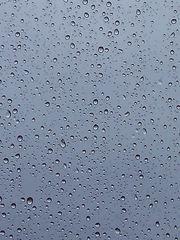 Regentropfen auf meiner Fensterscheibe