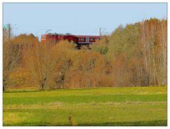 Regionalexpress auf der Eisenbahnbrücke