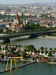 Reichsbrücke mit Donauinsel