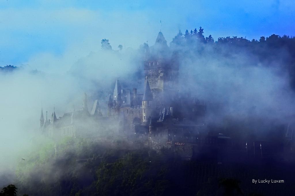 Reichsburg Cochem im Nebel.