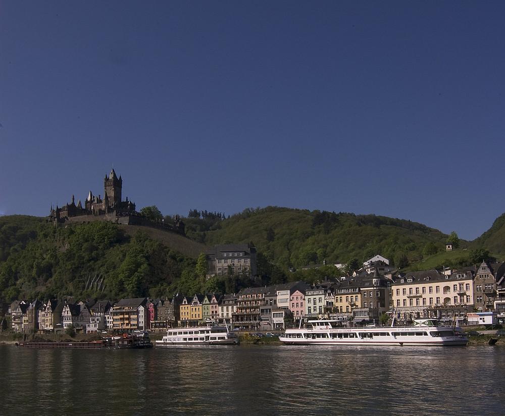 Reichsburg Cochem mit Ausflugs- und Frachtschiffen