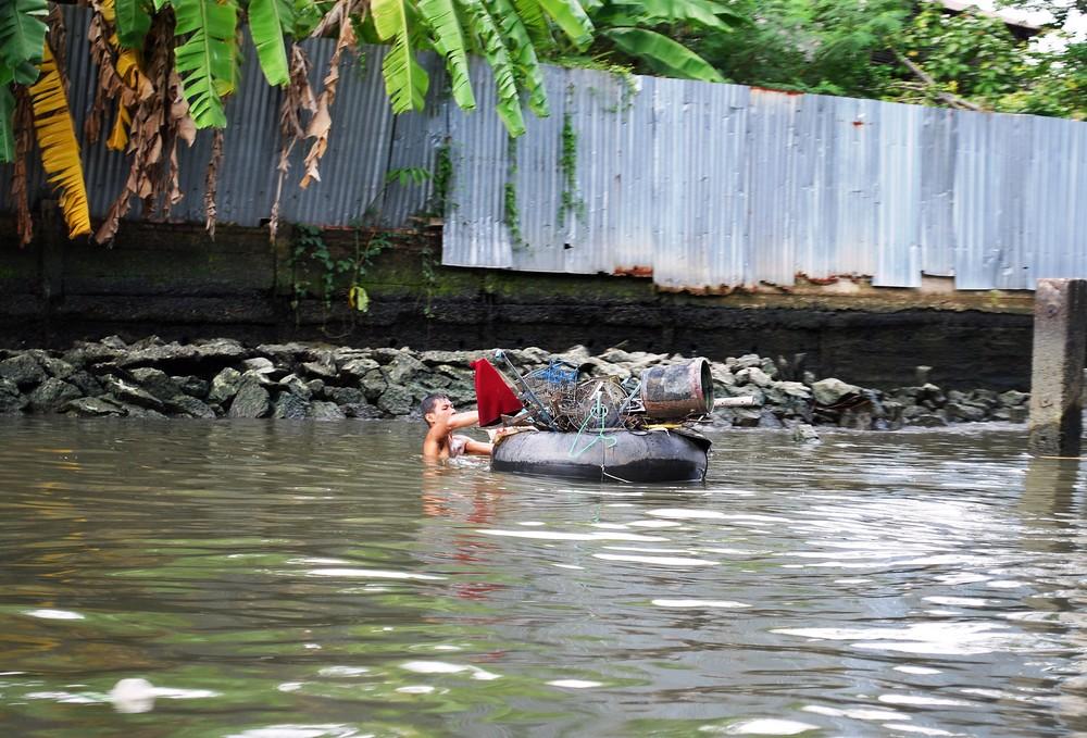 Reinigen eines Flusses in Bangkok