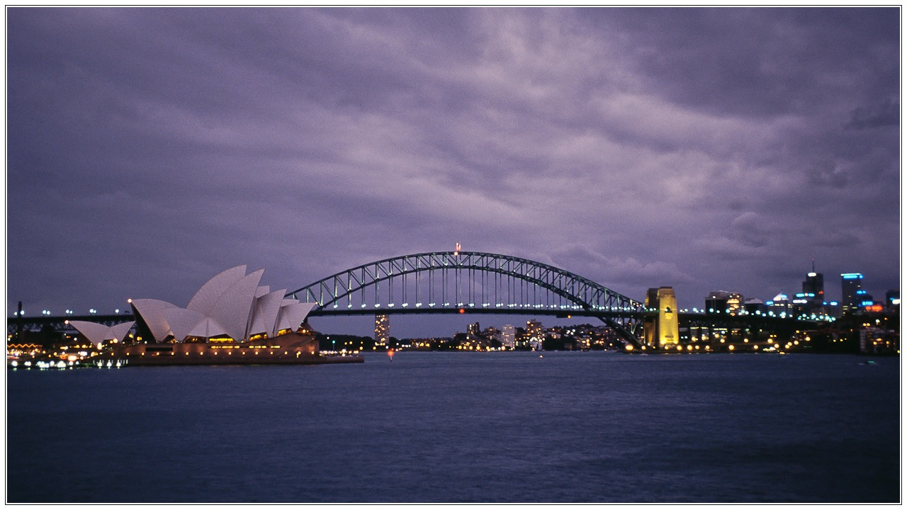[Reload] Abendliche Regenwolken über Sydney Opera House und Sydney Harbour Bridge