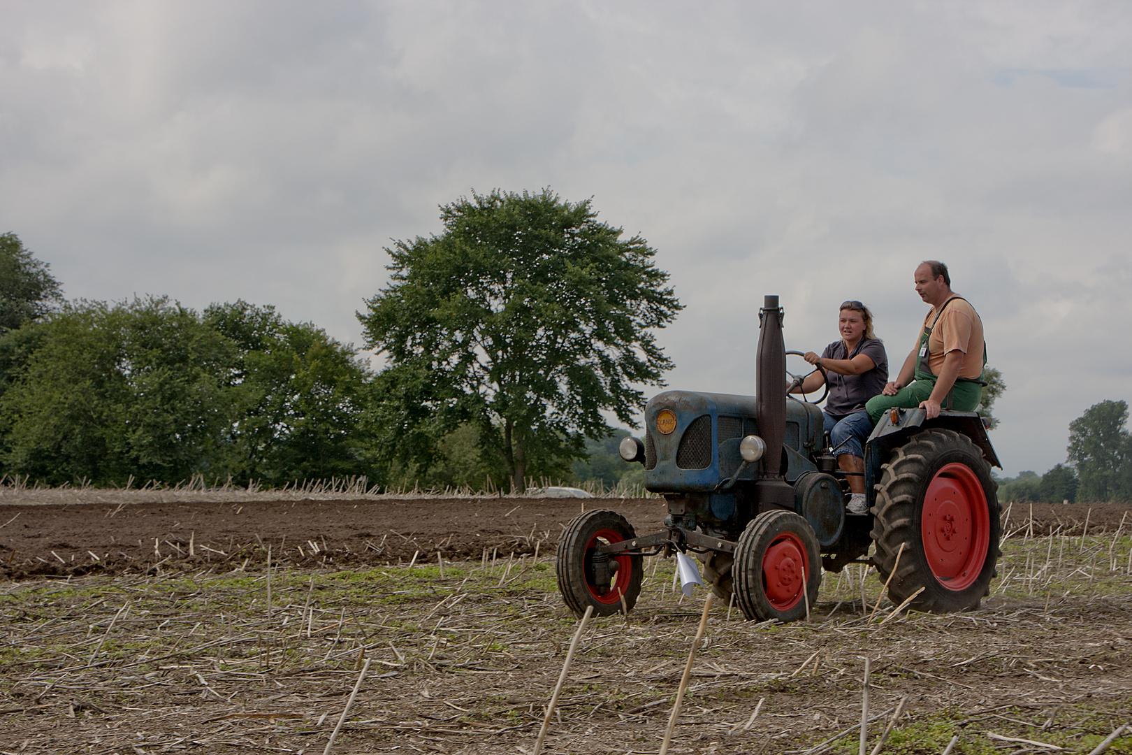 Resi holt ihn mit dem Traktor ab ...