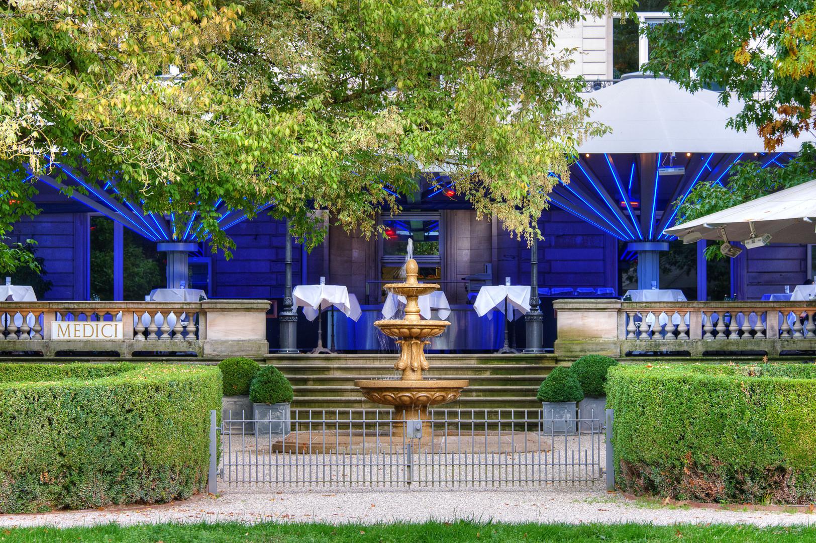 Restaurant mit blau beleuchteter Außenterrasse, Baden-Baden