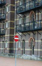 .. restaurierte Lagerhausfassade an der Erasmusbrücke ...