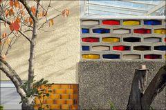 Restgrün im Dialog mit einem Herbstbäumchen und einer Glasbausteinbalustrade