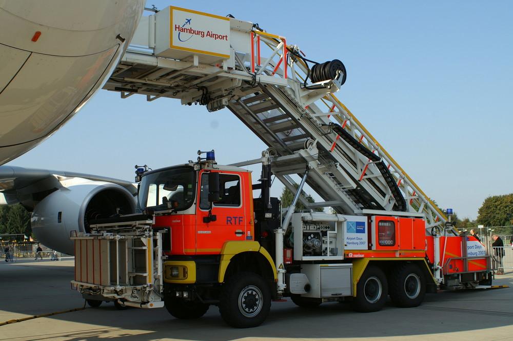 Rettungstreppenfahrzeug der Flughafenfeuerwehr Hamburg