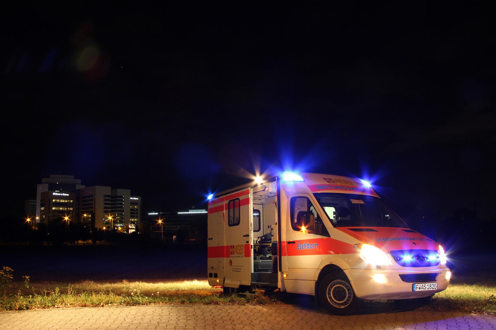 Rettungswache bei Nacht