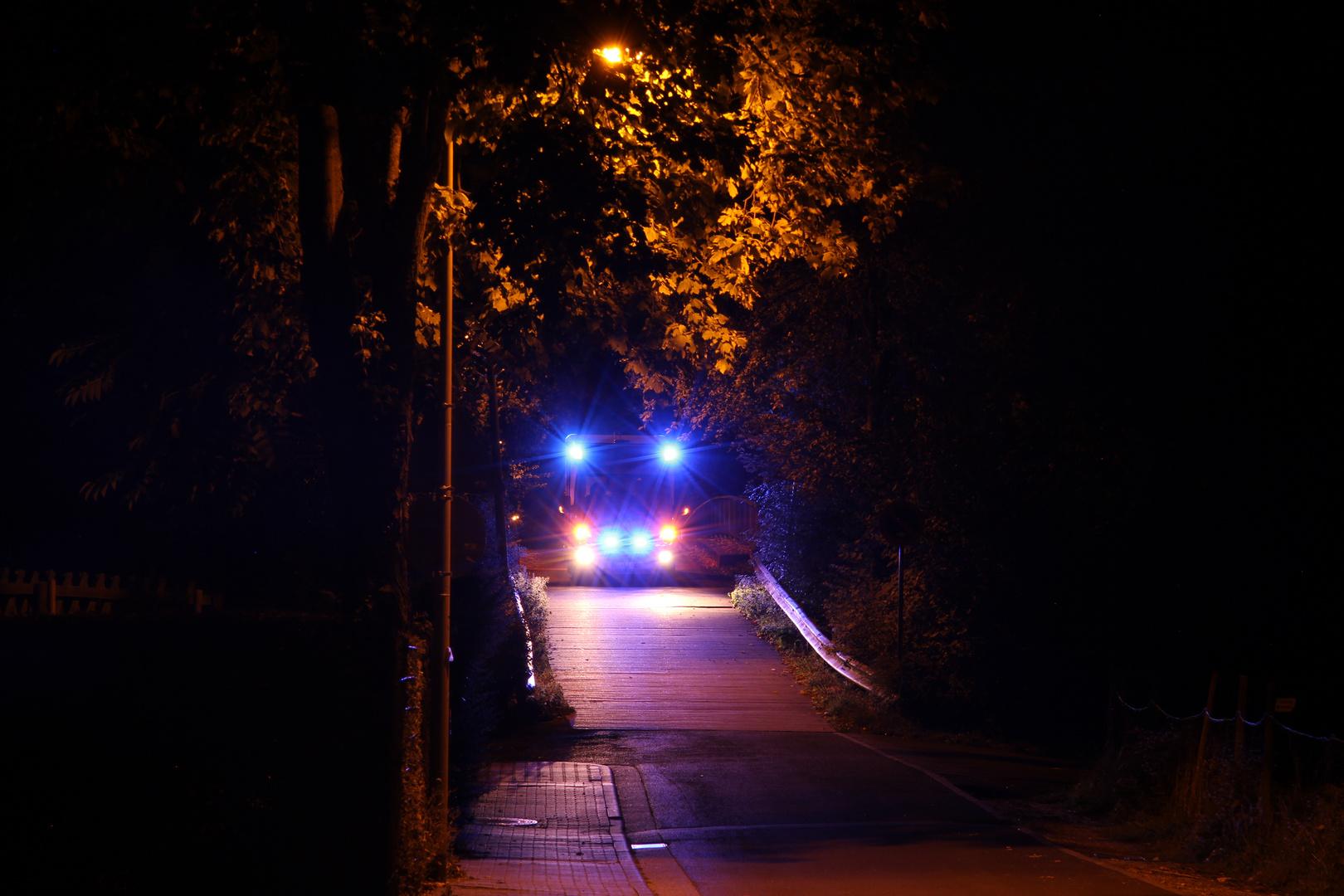 Rettungswagen mit Blaulicht bei Nacht