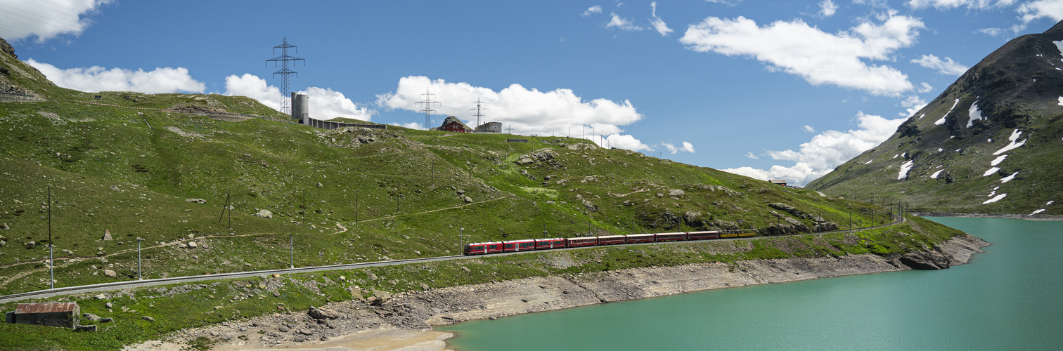 RhB am Berninapass mit Lago Bianco