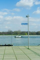 Rheinblick mit Motorschiff