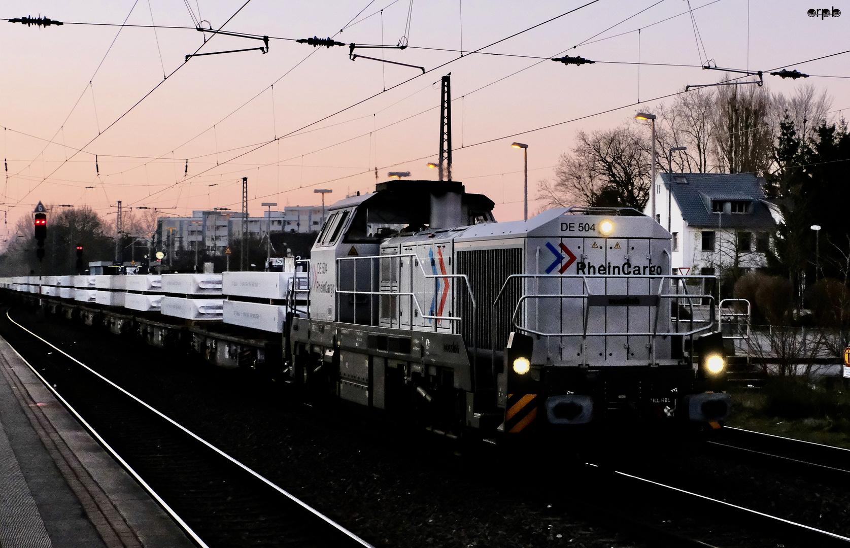 RheinCargo DE 504 in der Dämmerung