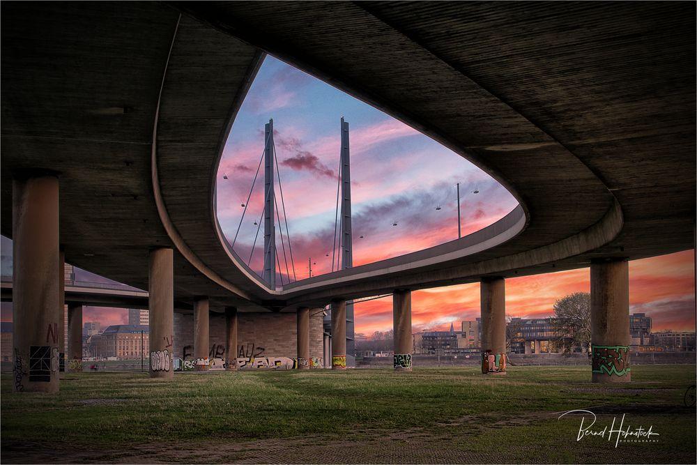 Rheinkniebrücke der Landeshaupstadt Düsseldorf