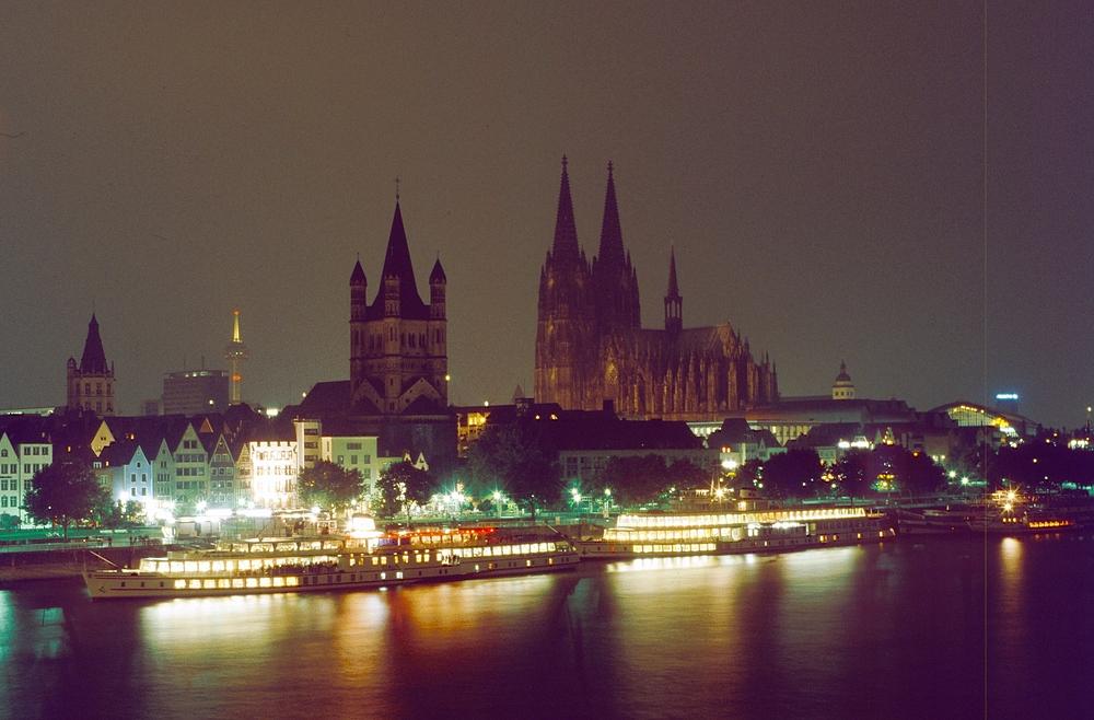Rheinpanorama mit Kölner Dom + Kirche Gross St.Martin bei Nacht (nach 24 Uhr)