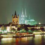 Rheinpanorama mit Kölner Dom + Kirche Gross St.Martin bei Nacht (vor 24 Uhr)
