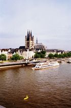 Rheinpanorama mit Kölner Dom + Kirche Gross St.Martin bei Tag