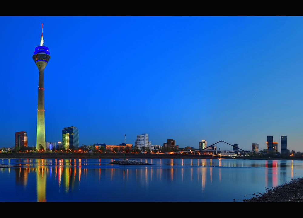 Rheinpanorama zur blauen Stunde