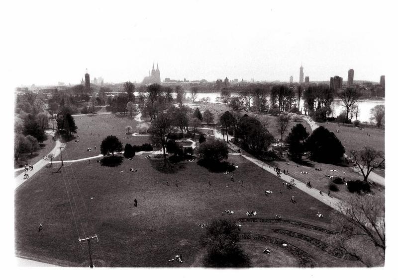 Rheinpark von schraeg oben aus der tollen Gondel die da so lustich ueber den Rhein wackelt ; )