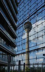 - Rheinturm durch die Fassade ...