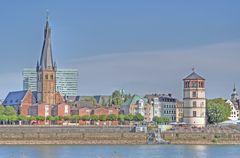 Rheinufer in Düsseldorf mit St.Lambertus und dem Schlossturm