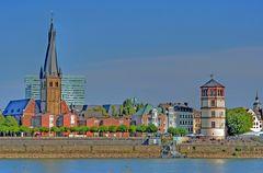 Rheinufer in Düsseldorf mit St.Lambertus und dem Schlossturm II