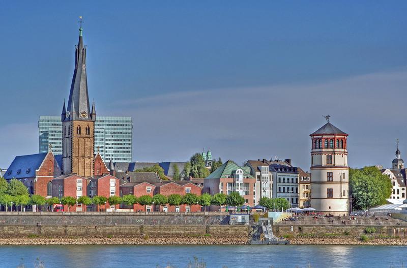 Rheinufer in Düsseldorf mit St.Lambertus und dem Schlossturm III