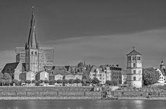 Rheinufer in Düsseldorf mit St.Lambertus und dem Schlossturm IV