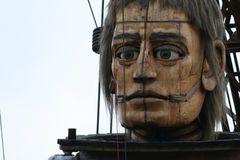 Riesen in Berlin: nachdenklicher Riese