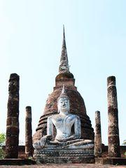 Riesenbuddha vor Chedi
