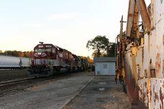 RJ Corman Railroad Company EMD SD40T-2, rechts Schneepflug, links NS Güterzug,Cresson,PA,USA