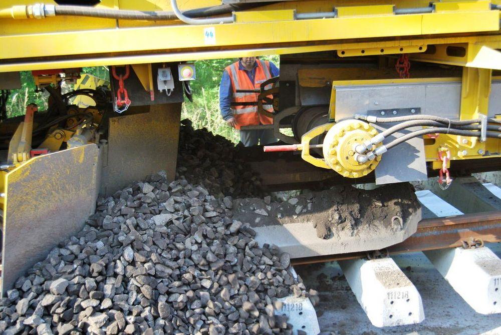 RM 95-800 W (5) der gereinigte Schotter fällt wieder ins Gleis