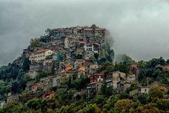 Rocca Canterano sotto la cappa di nebbia