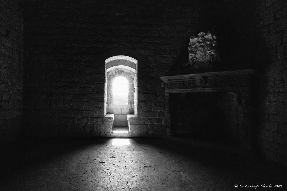 Rocca di Angera, finestra controluce
