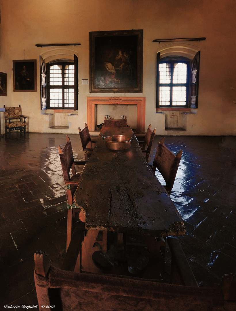 Rocca di Angera, sala con tavolo