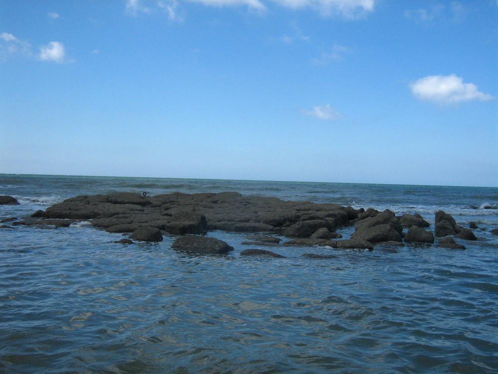 rocher perdu dans la mer
