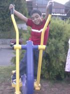 Rodrigo ejercitando en máquinas en la Costanera