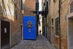Römische katholische religiöse Heiligtum auf blau gestrichenen Wand, Venedig Italien