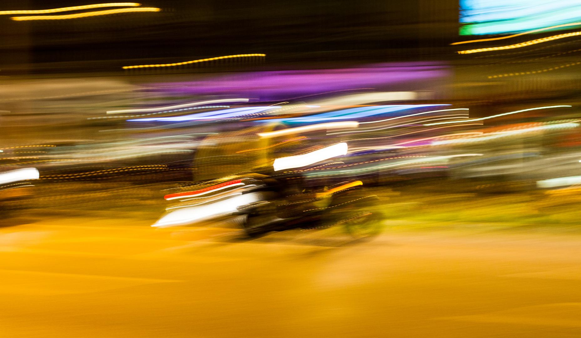 Rollerfahrer im Lichtermeer