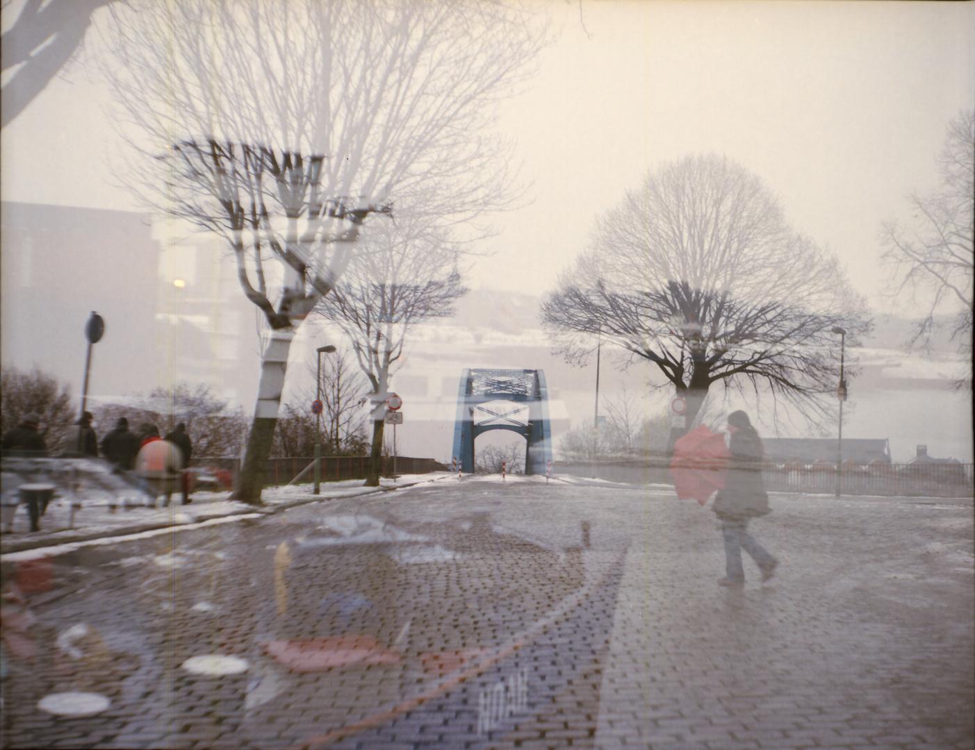 Rollfilmerin mit rotem Schirm bei Rollfilmtreffen in Duisburg von Schiff überfahren ;-)