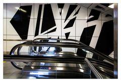 Rolltreppe in künstlerischer Umgebung