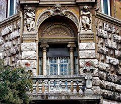 Roma : Particular of Quartiere Coppedè