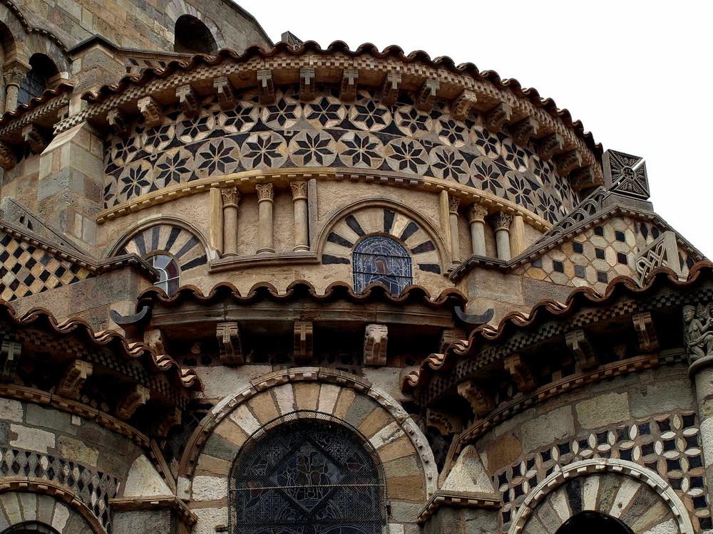 Romanische Baukunst an der Kathedrale in Clermand-Ferrand/F