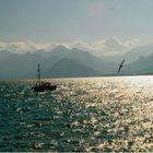 Romantischer Blick auf den Ozean mit Taurusgebirge im Hintergrund
