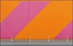 rosa orange mit Pollern und Strasse