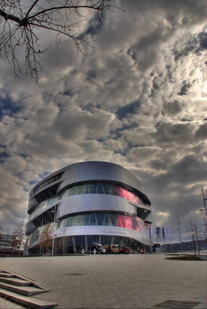 Rosalicht ueber das Mercedes Benz Museum