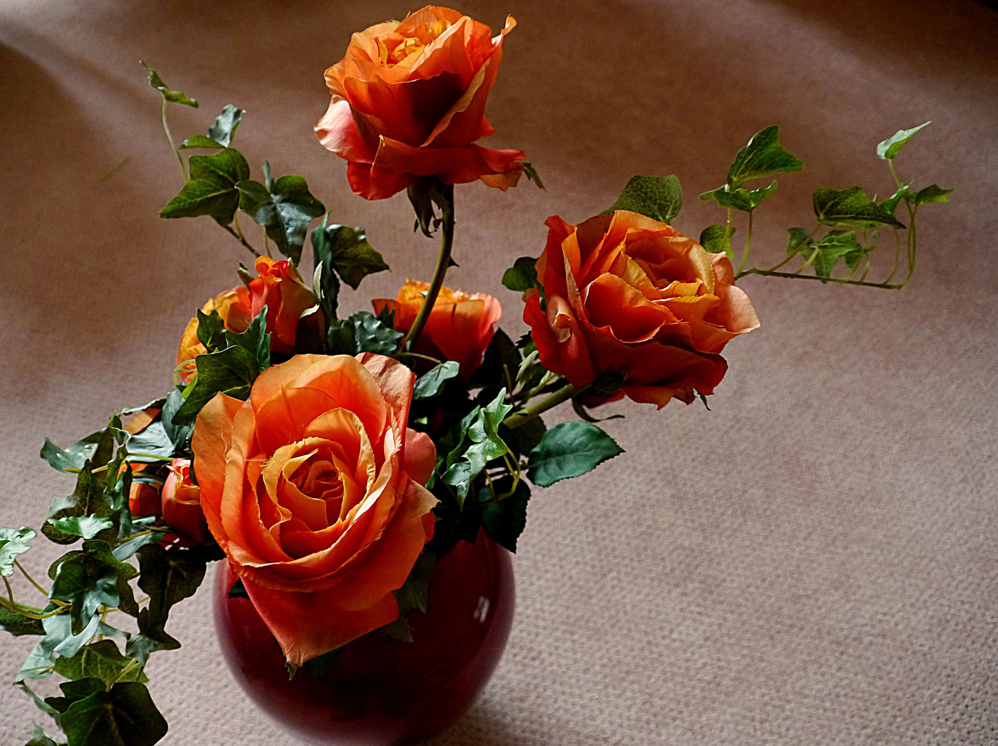 Rosen in der Bodenvase